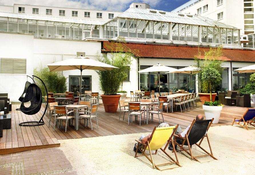 Sonnenterrasse im Hotel mit verschiedenen Sitzmöglichkeiten.
