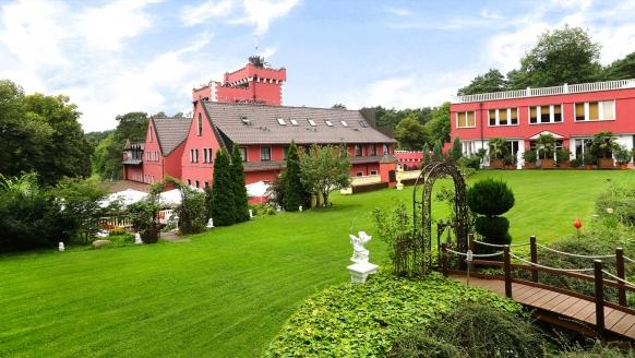 The Lakeside Burghotel zu Strausberg, Außenanlage mit Brücke