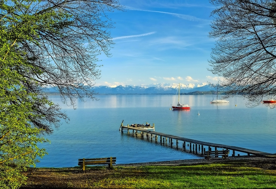Vor einer traumhaften Bergkulisse erwartet Sie der Starnberger See südlich von München.