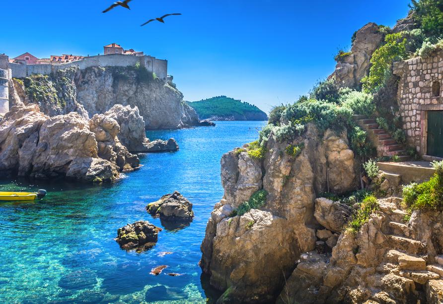 Die Adriaküste begeistert mit strahlend blauem Wasser.