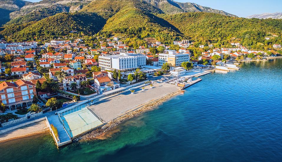 Ihr Hotel Bijela Delfin liegt traumhaft in der Bucht von Kotor.