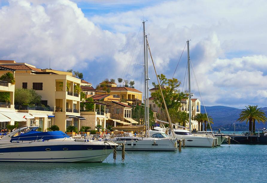 Im Porto Montenegro liegen zahlreiche Yachten und Boote.