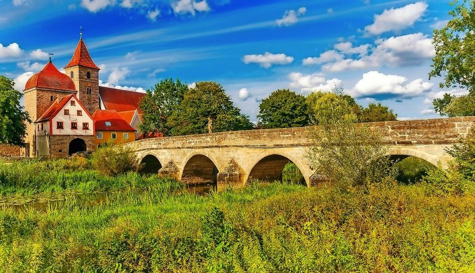 Inmitten der herrlichen Landschaft Mittelfrankens liegt die idyllische Altmühlbrücke – ideal für einen Ausflug.