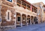 Portomarín erwartet Sie mit vielen hübschen, mittelalterlichen Gebäuden.