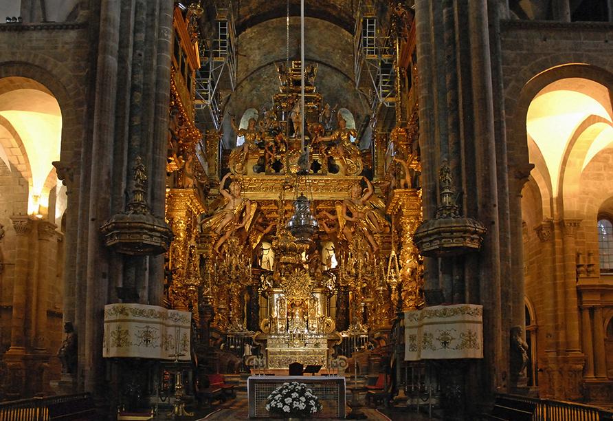 Im Inneren der Kathedrale von Santiago de Compostela erwartet Sie die Statue des Hl. Jakobus.