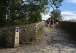 Über Brücken und jahrhundertealte Wege führt der Camino de Santiago - der Jakobsweg.