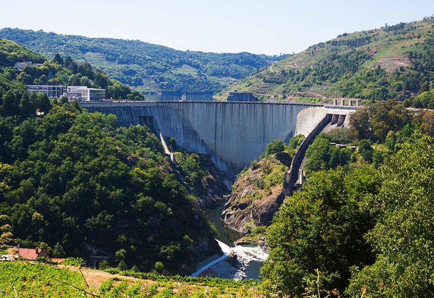 Bestaunen Sie den imposanten Staudamm von Belesar.