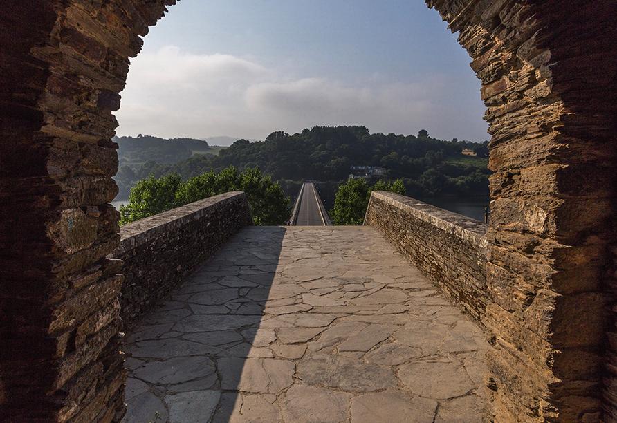 Blicken Sie von der Brücke in Portomarin auf den Camino de Santiago.