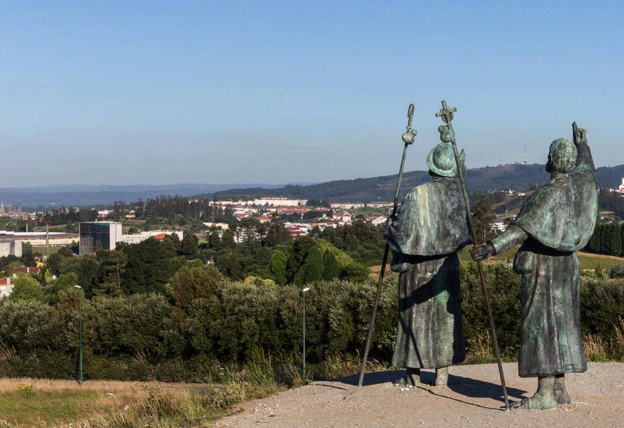 Auf dem Monte del Gozo können Sie zum ersten Mal die Kathedrale von Santiago de Compostela sehen. Begrüßt werden Sie von Pilgerfiguren.