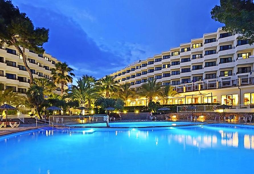 Entspannen Sie im hoteleigenen Pool.