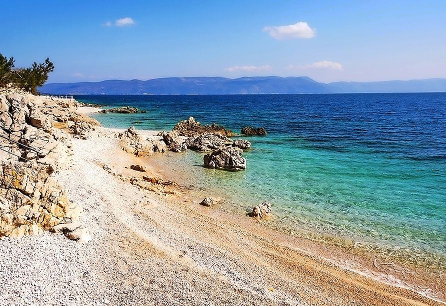 Der Strand von Rabac lädt zum Verweilen ein.