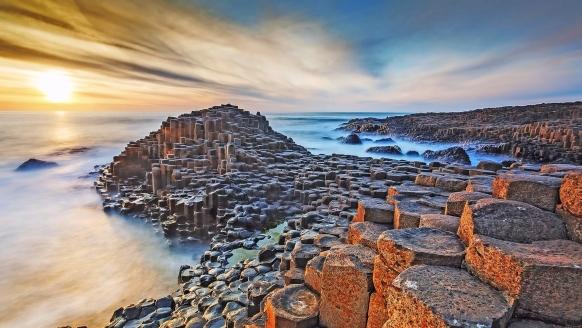 Der mystische Giant's Causeway besteht aus 40.000 gleichmäßig geformten Basaltsäulen.