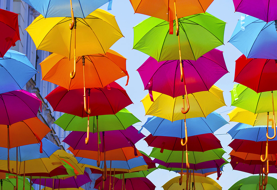 Bunte Regenschirme in Novi Sad.