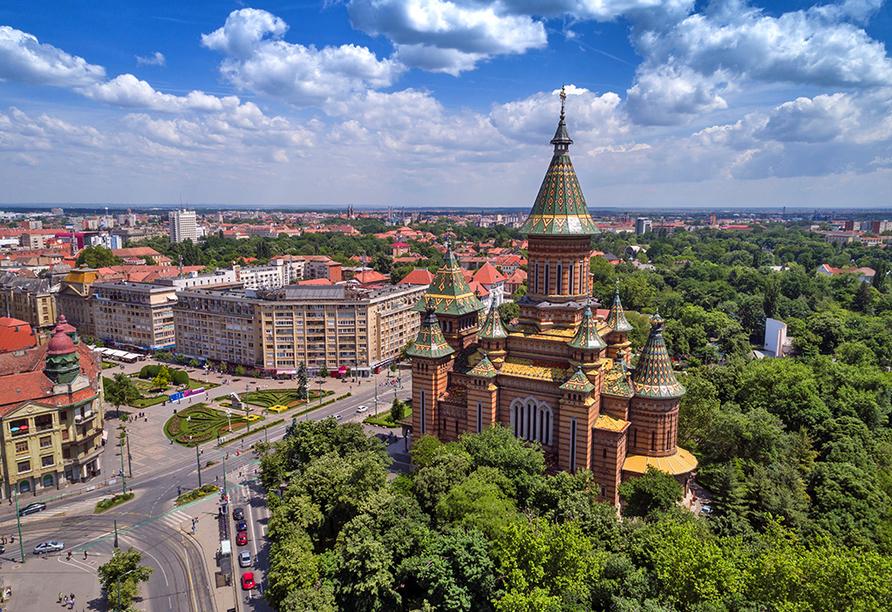 Panoramablick über Belgrad mit der Dreifaltigkeitskathedrale im Vordergrund.