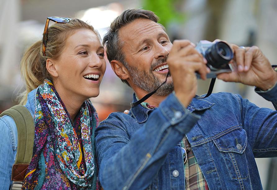 Paar mit Kamera beim Sightseeing.