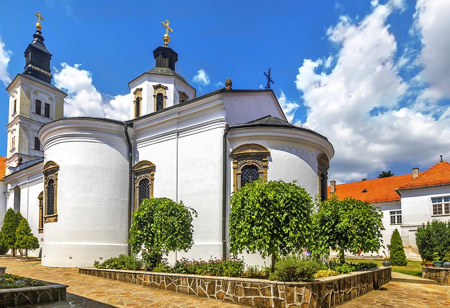 Das Krusedol Kloster im Fruška Gora Nationalpark in Serbien.