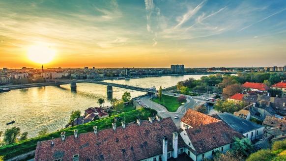 Sonnenuntergang über der Europäischen Kulturhauptstadt Novi Sad.