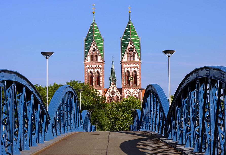 Unternehmen Sie beispielsweise einen Ausflug nach Freiburg im Breisgau mit der Herz-Jesu-Kirche.