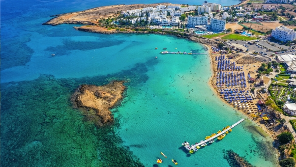 Der Nissi Beach begeistert mit türkisblauem Wasser und goldgelbem Sandstrand.