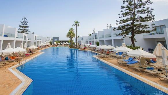 Entspannung bietet der schöne Außenpool des Hotels.