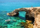 Das Mittelmeer funkelt in den schönsten Türkistönen.