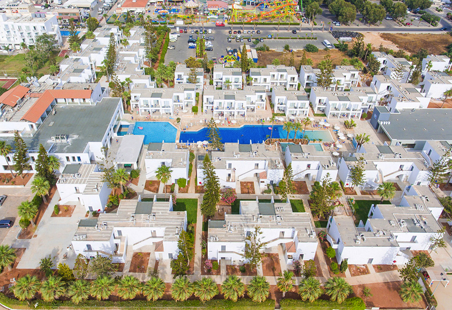 Blick auf das Hotel Panthea Holiday Village