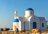 Die St. Nicholas Kirche in Protaras begeistert mit einer strahlend weißen Fassade und einem blauen Dach.