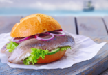 Ein Klassiker, der einfach zum Urlaub an der Ostsee dazugehört: Matjesbrötchen.
