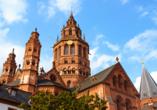 Mitten in Mainz steht der mächtige Dom.