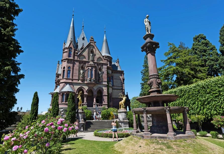 Auf einer Anhöhe über Ihrem Hotel liegt das imposante Schloss Drachenburg.