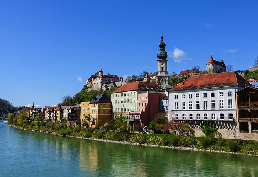 Schöne Orte in der Umgebung wie Burghausen laden zu Ausflügen ein.