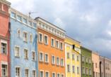 Freuen Sie sich auf die bunten, mediterran wirkenden Häuserfassaden in Mühldorf am Inn.