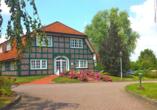 Außenansicht von einem der drei Fachwerkhäuser, die zum Hotel Schloss Herrenstein gehören.