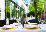 Au der Terrasse des Hotels können Sie leckere Getränke und Gerichte genießen.