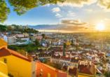 Sonniges Stadtpanorama von Lissabon.