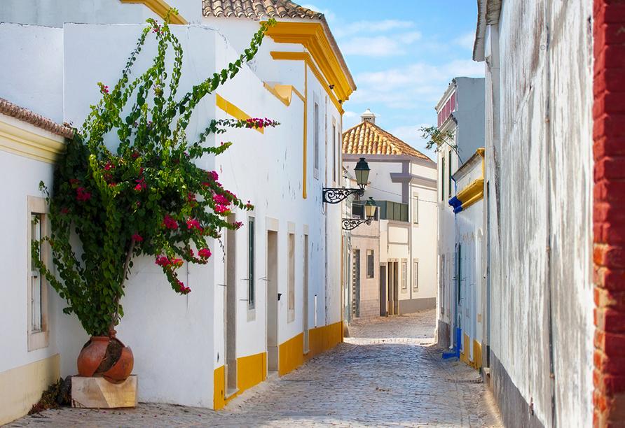 Enge Gasse mit weißen Häuserfassaden in Faro.