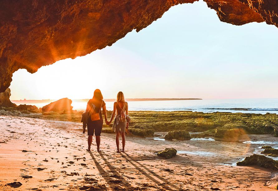 Zwei Freundinnen bei Sonnenuntergang am Strand.