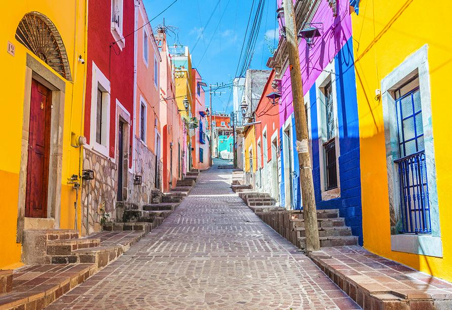 Gasse in Lissabon mit knallbunten Häuserfassaden.