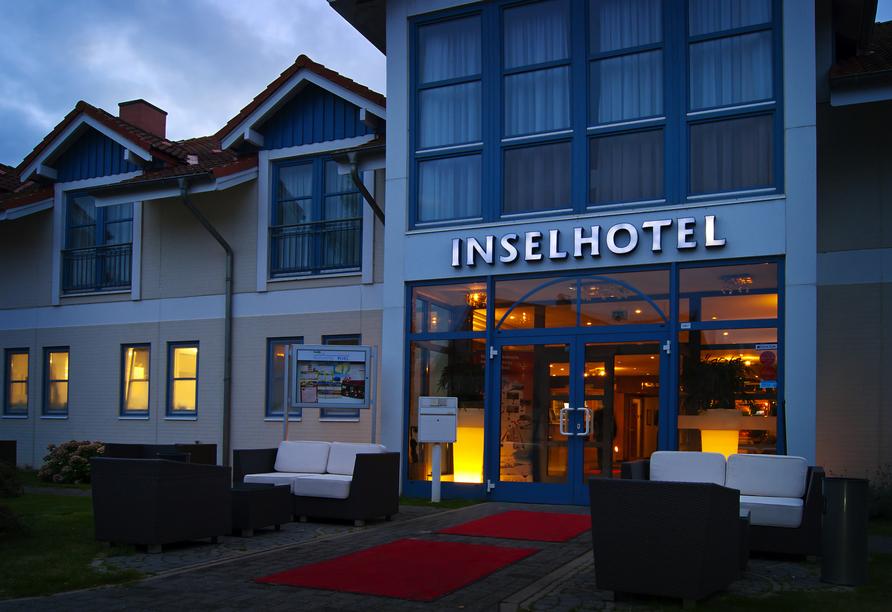 Außenansicht vom Inselhotel Poel am Abend.