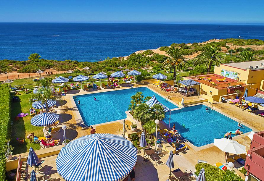 Außenbereich vom Hotel Baía Cristal Beach & Spa Resort