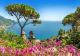 Die atemberaubende Amalfiküste begeistert mit steil aufragenden Felsen und vielen kleinen Stränden.