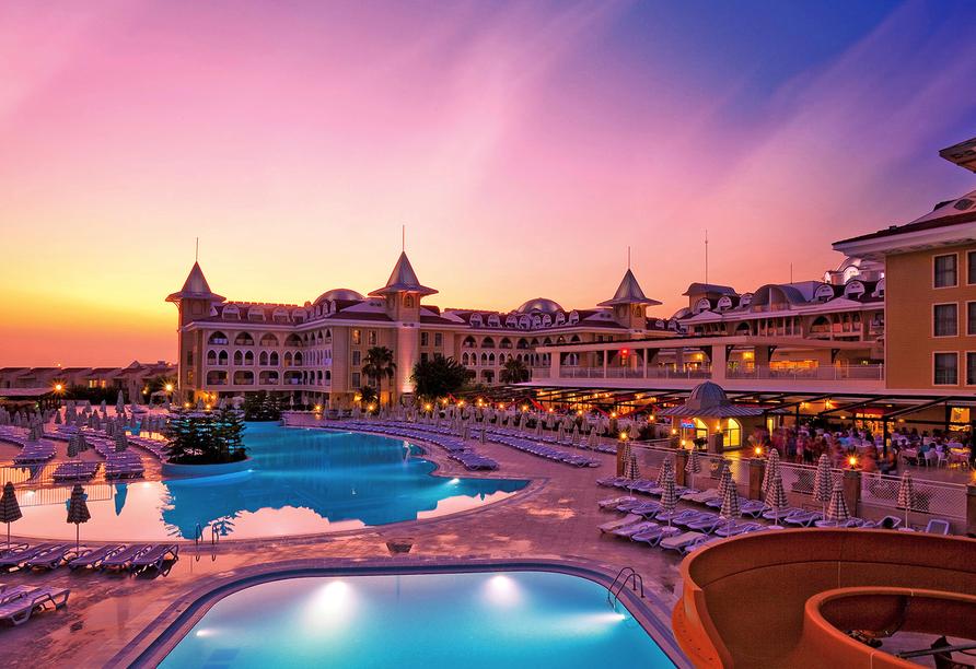 Traumhafter Sonnenuntergang über dem Hotel Side Star Resort