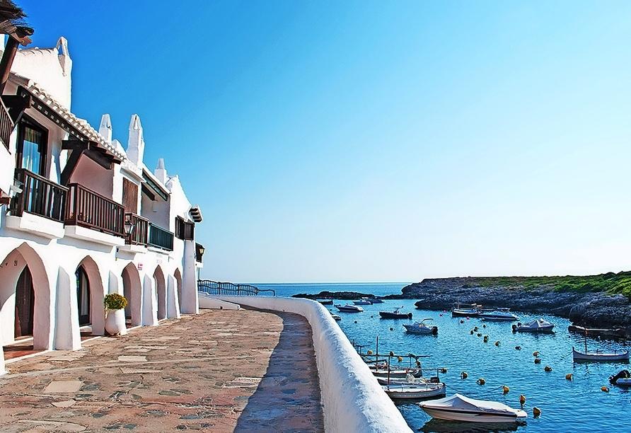Das weiße Fischerdorf Binibeca lädt zu einem schönen Spaziergang ein.