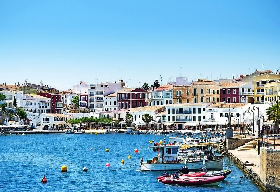 Freuen Sie sich auf eine Bootsfahrt durch den Naturhafen der Inselhauptstadt Mahón.