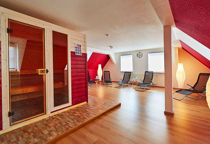 Moderner Saunabereich mit Ruheliegen vom Harzhotel Güntersberge.