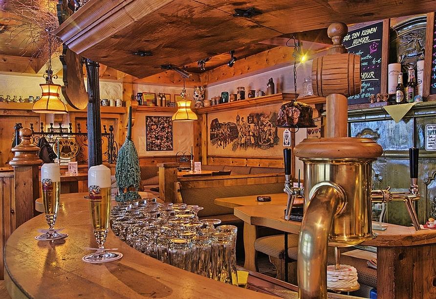 Die Bar des Hotels Hirsch in Bad Peterstal-Griesbach lädt am Abend zum Verweilen ein.