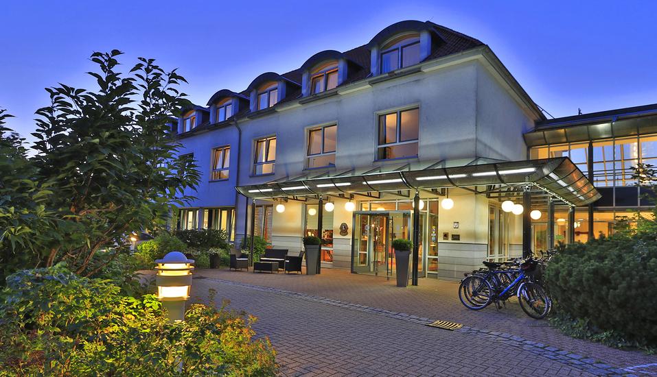 Abendliche Außenansicht vom Best Western Hotel Heidehof in Hermannsburg.