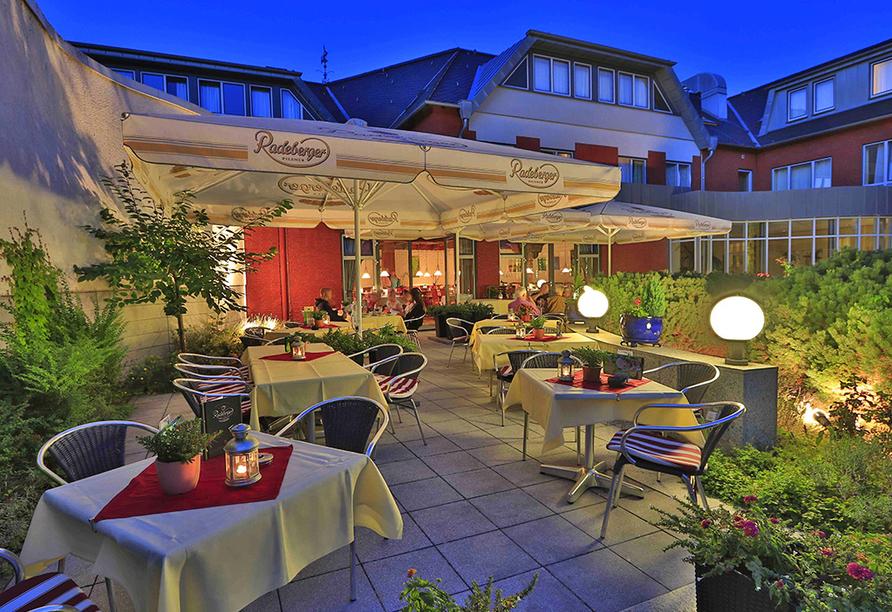 Gemütliche Atmosphäre am Abend auf der beleuchteten Terrasse.