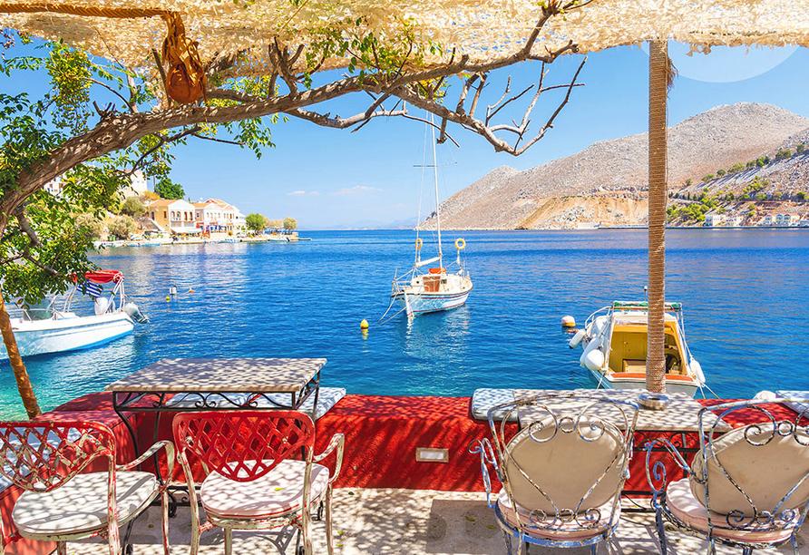 Ausblick vom Restaurant auf den Hafen von Symi.