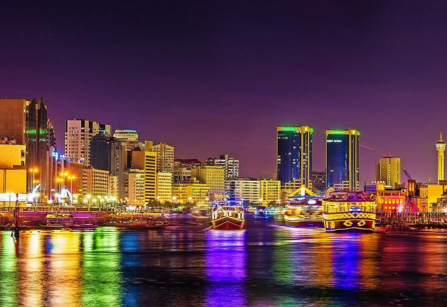 Bei dem optionalen Ausflug Dinner Dhow Cruise Dubai Marina sehen Sie die beeindruckende Skyline Dubais vom Wasser aus.